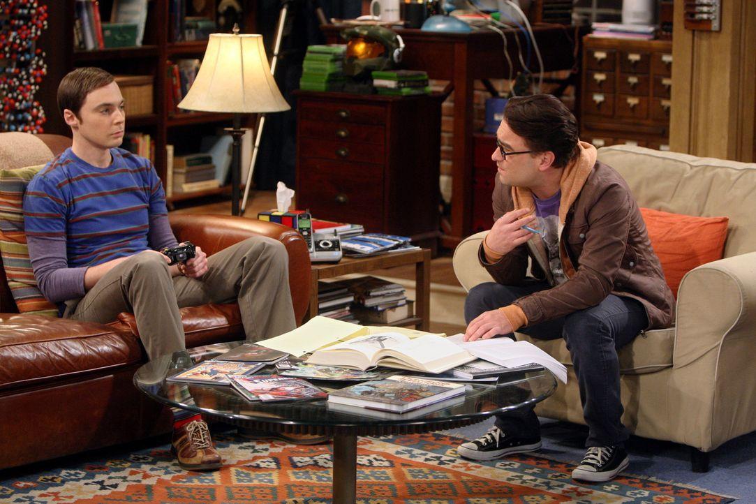 Männergespräche: Leonard (Johnny Galecki, r.) und Sheldon (Jim Parsons, l.) ... - Bildquelle: Warner Bros. Television
