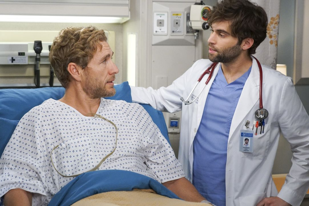 Lucas Ripley (Brett Tucker, l.); Dr. Levi Schmitt (Jake Borelli, r.) - Bildquelle: Scott Everett White ABC Studios