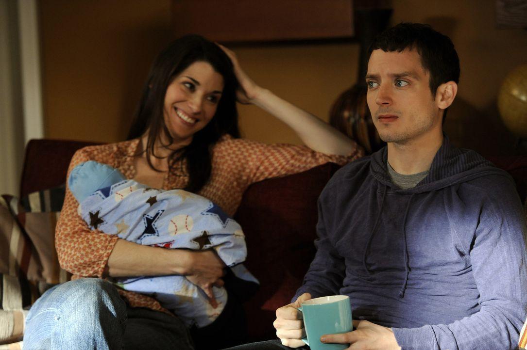 Ryan (Elijah Wood, r.) bekommt Panik, sobald sein Neffe, Kristens (Dorian Brown, l.) Baby, anfängt zu schreien. Irgendwas muss unternommen werden, d... - Bildquelle: 2011 FX Networks, LLC. All rights reserved.