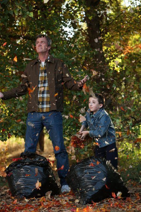 Brick (Atticus Shaffer, r.) lässt sich dazu breitschlagen, das Laub in der Einfahrt zu kehren, doch anstatt es zu entsorgen, will er die Blätter zus... - Bildquelle: Warner Brothers