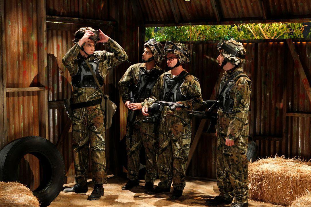 Amüsieren sich beim Painballspiel (v.l.n.r.): Sheldon (Jim Parsons), Rajesh (Kunal Nayyar), Leonard (Johnny Galecki) und Howard (Simon Helberg) ... - Bildquelle: Warner Bros. Television