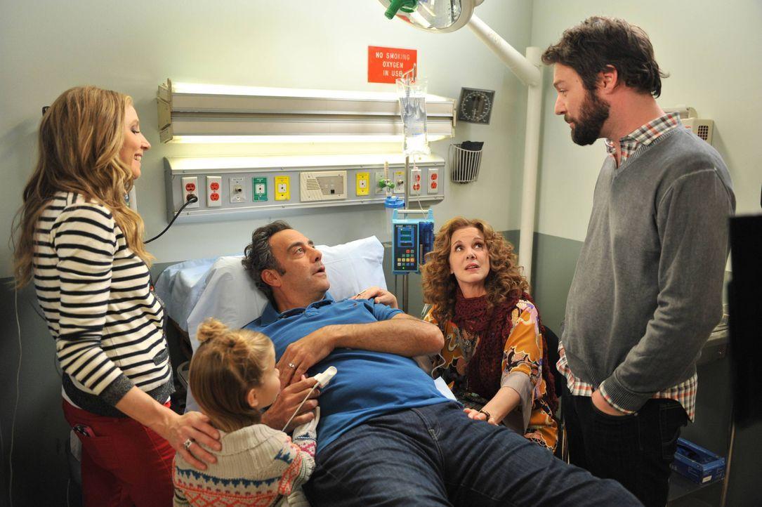 Der Stress bringt Max (Brad Garrett, M.) schließlich sogar ins Krankenhaus. Polly (Sarah Chalke, l.), Natalie (Rachel Eggleston, 2.v.l.), Elaine (El... - Bildquelle: 2013 American Broadcasting Companies. All rights reserved.