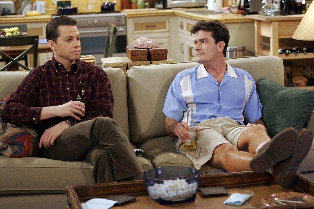 Zwei ewige Streithähne: Charlie (Charlie Sheen, r.) und Alan (Jon Cryer, l.) ... - Bildquelle: Warner Bros. Television