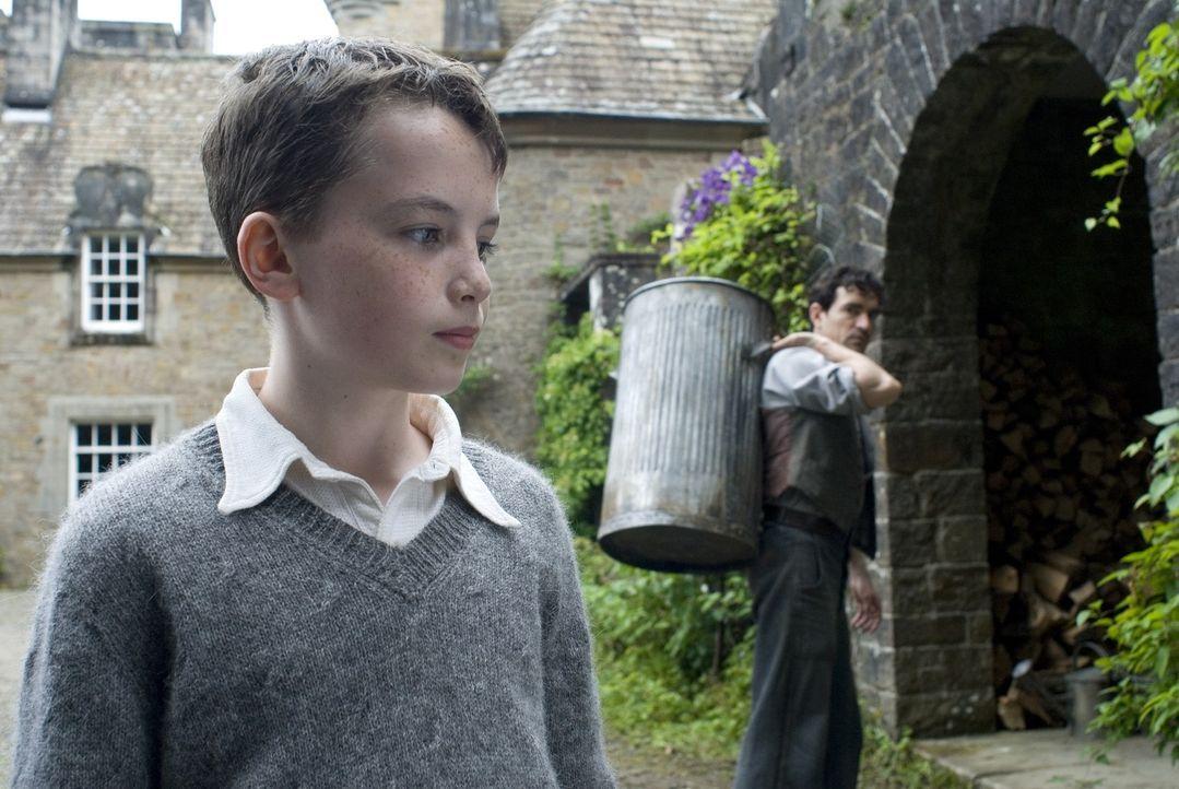 Zunächst versucht Angus (Alex Etel, vorne) alles, um seinen neuen Untermieter vor dem Arbeiter Lewis (Ben Chaplin, hinten) zu verbergen. Doch nachde... - Bildquelle: CPT Holdings, Inc. All Rights Reserved. (Sony Pictures Television International)