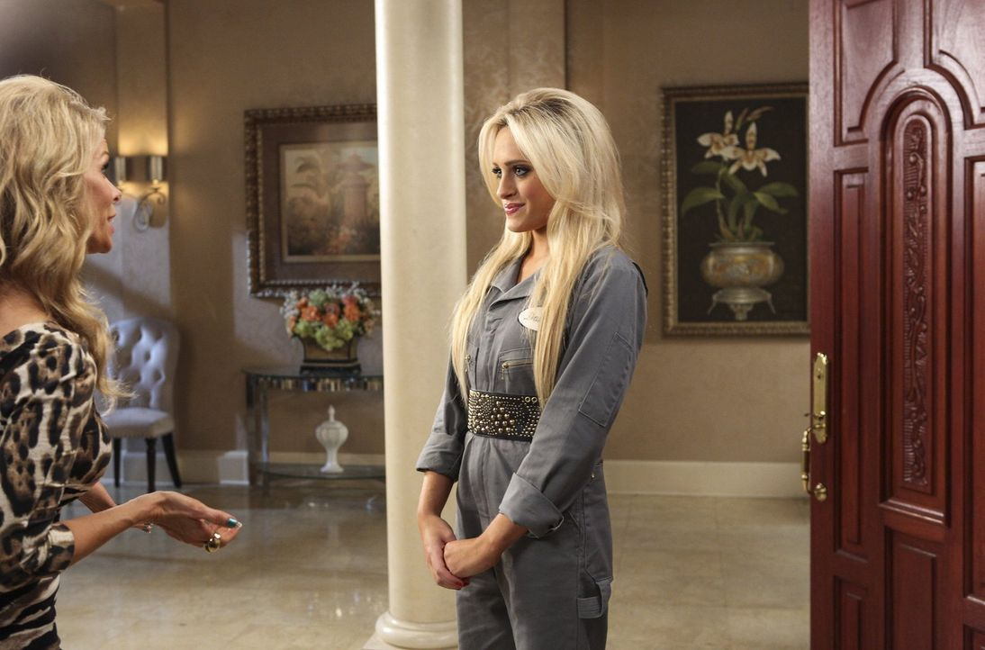 Nachdem Dalia (Carly Chaikin, r.) nicht am College angenommen wurde, sucht Dallas (Cheryl Hines, l.) fieberhaft nach einer beruflichen Alternative f... - Bildquelle: Warner Brothers