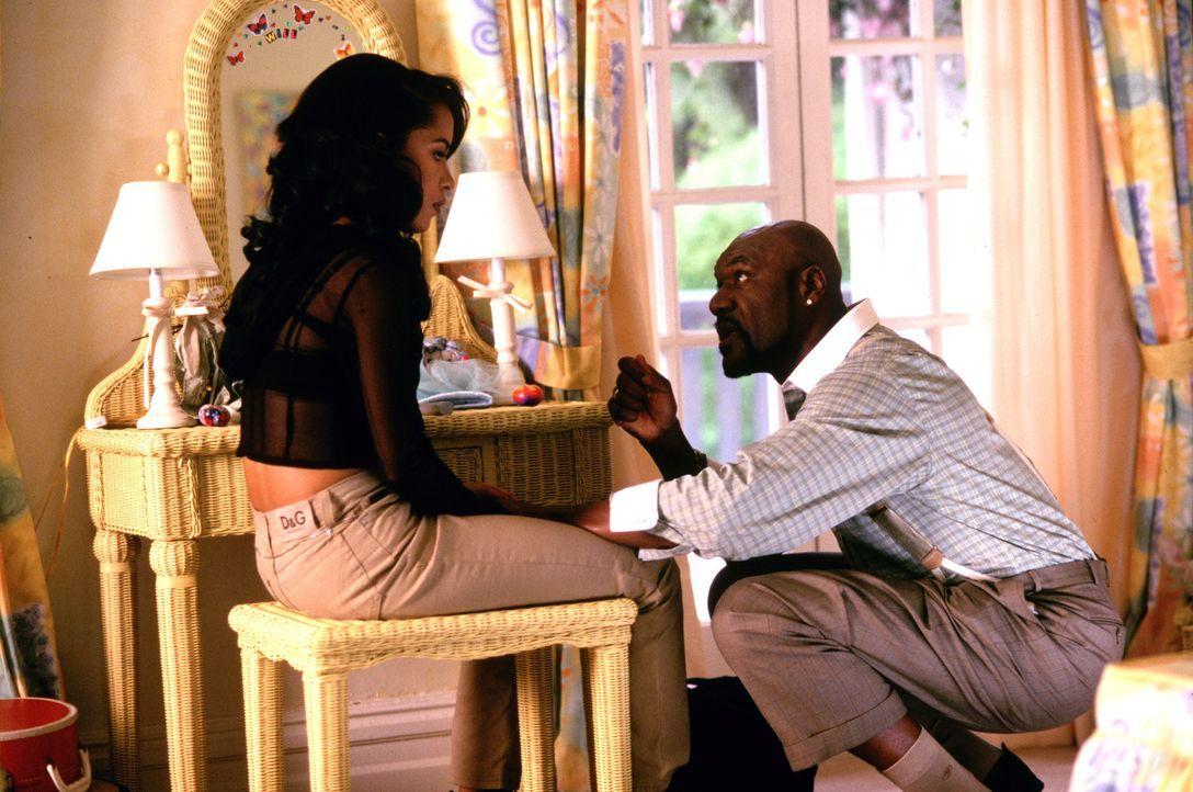 Gangsterboss Isaak O'Day (Delroy Lindo, r.) kann nicht verstehen, dass seine geliebte Tochter Trish (Aaliyah, l.) ihr Herz an ein Mitglied des verfe... - Bildquelle: Warner Bros. Pictures