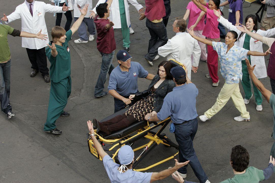 Durch die Anwesenheit von Patti (Stephanie D'Abruzzo, liegend), einer besonderen Patientin fühlen sich alle Angestellten wie in einem Musical ... - Bildquelle: Touchstone Television