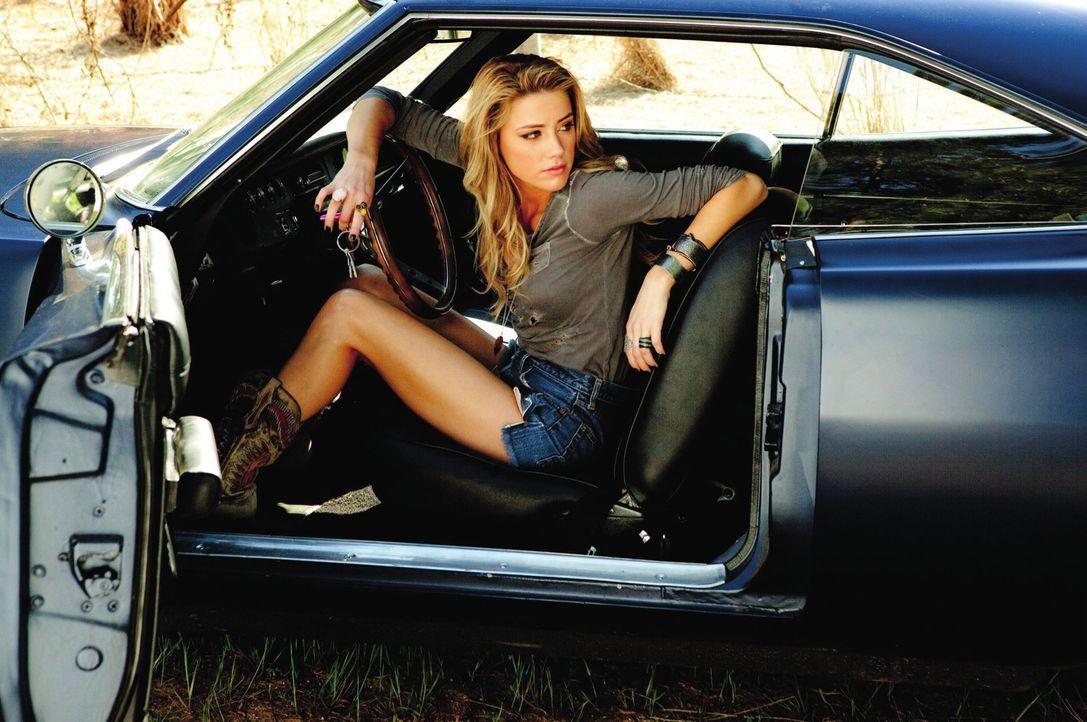 Die attraktive Kellnerin Piper (Amber Heard) lässt sich auf ein gefährliches Abenteuer ein, als sie zustimmt, dem Kriminellen Milton dabei zu helfen... - Bildquelle: 2011 Warner Bros. Entertainment INC. All rights reserved.