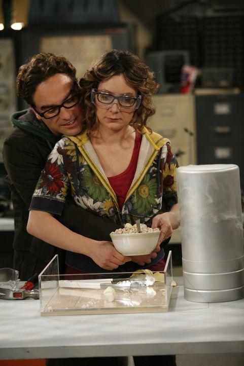 Als Leonard (Johnny Galecki, l.) sich Leslie (Sara Gilbert, r.) im Labor annähert, weist sie ihn prompt zurück und erklärt, dass sie lediglich au... - Bildquelle: Warner Bros. Television