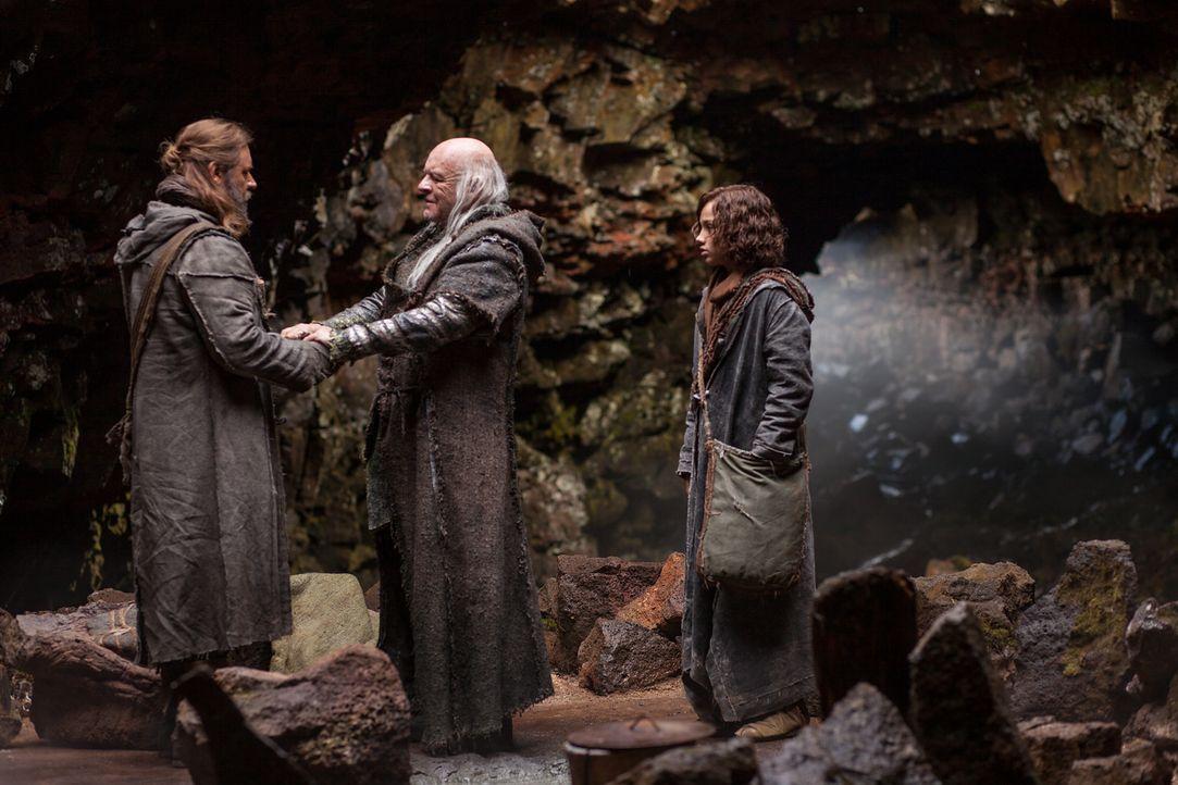 Weil Noah (Russell Crowe, l.) Alpträume von einer kommenden Flut plagen, suchen er und sein Sohn Shem (Gavin Casalegno, r.) Rat bei Noahs Großvater... - Bildquelle: 2014 Paramount Pictures Corporation. All rights reserved.