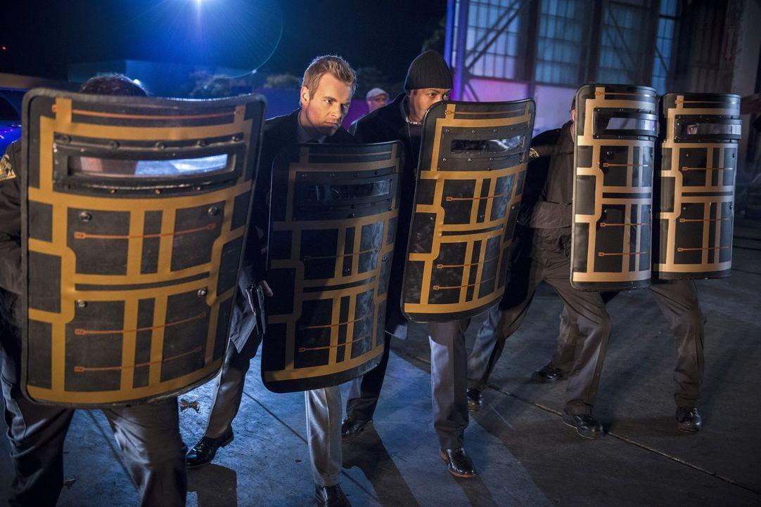 Nehmen den Kampf gegen das Böse auf: Eddie (Rick Cosnett, l.) und Joe (Jesse L. Martin, r.) ... - Bildquelle: Warner Brothers.