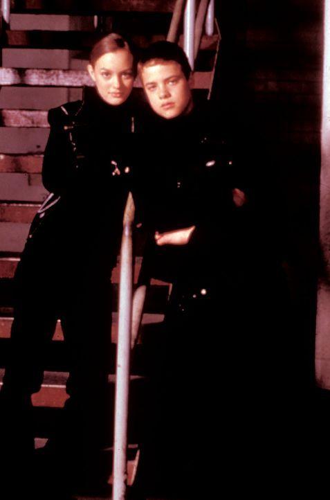 Die Springfield-Zwillinge Elisha (Leighton Meester, l.) und Elija (Douglas Smith, r.) gehen dem Spuk auf einem Hochschulspeicher auf den Grund und s... - Bildquelle: North by Northwest Entertainment