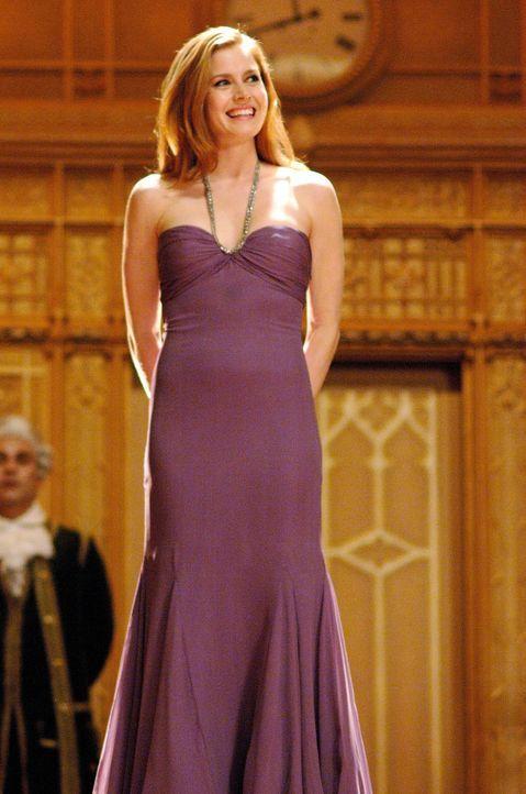 Prinzessin Giselle (Amy Adams) landet aufgrund ihrer bösen Schwiegermutter im Leben von Scheidungsanwalt Robert Philip und stellt dessen Leben gehör... - Bildquelle: Barry Wetcher Disney. All rights reserved