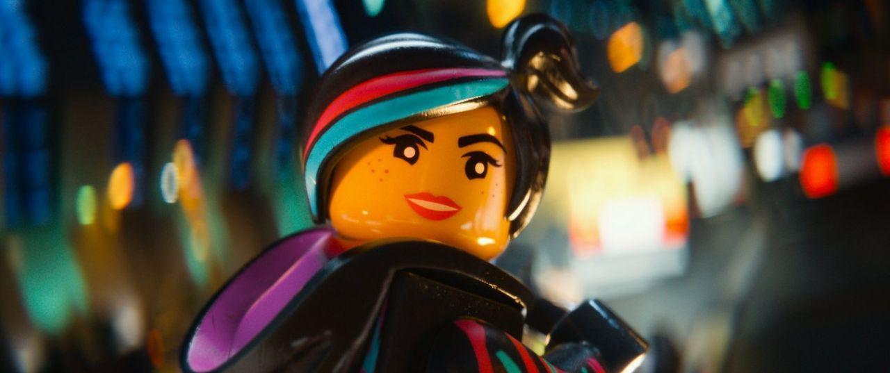 """Als Emmet zufällig auf den mysteriösen Stein des Widerstands stößt, glaubt Wyldstyle (Bild), dass dieser der """"Besondere"""" ist, der die Welt retten ka... - Bildquelle: 2014 Warner Brothers"""