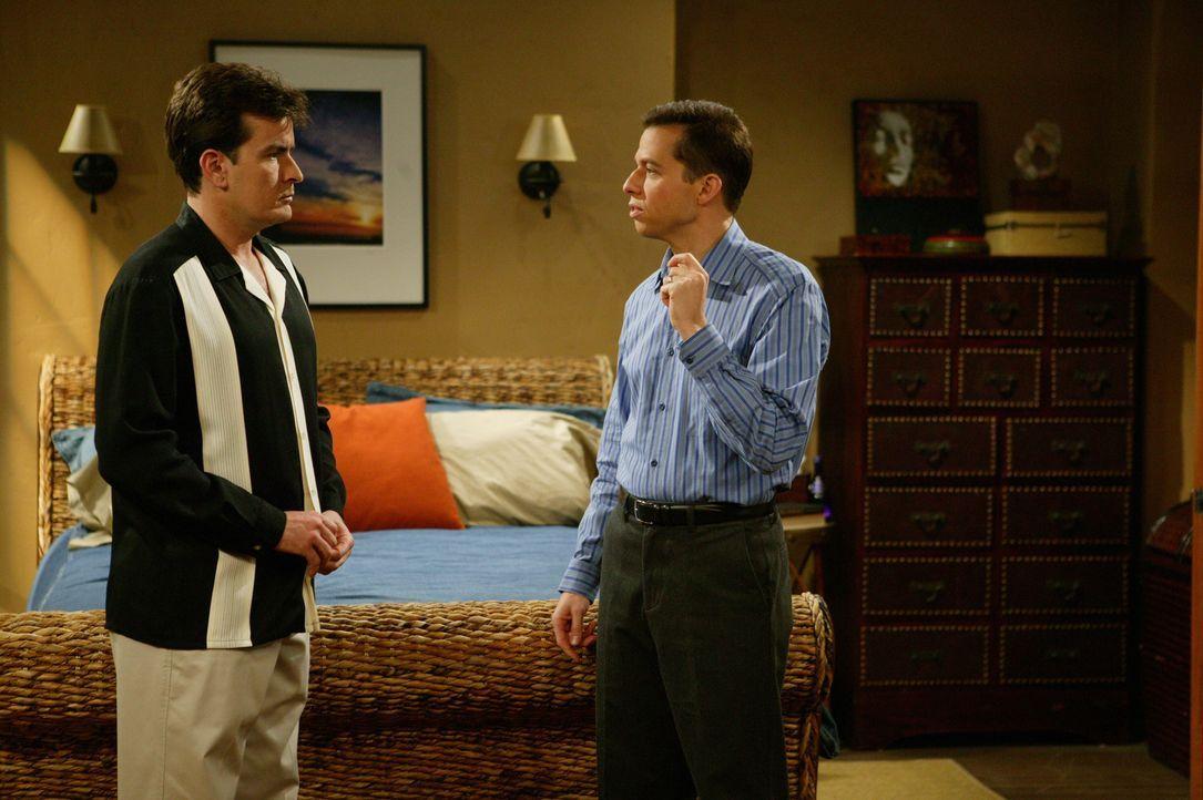 Charlie (Charlie Sheen, l.) kann nicht verstehen, was Liz von Alan (Jon Cryer, r.) will ... - Bildquelle: Warner Bros. Television