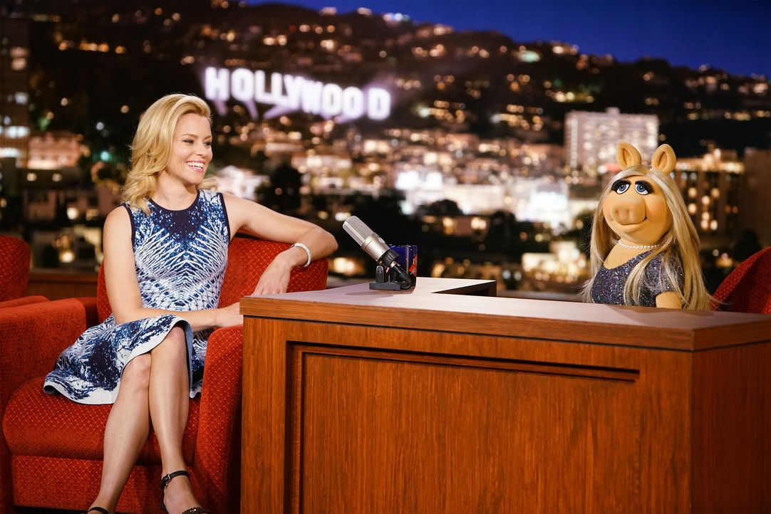 """Kermit hat die Schauspielerin und Regisseurin Elizabeth Banks (l.) als Gast für die nächste Ausgabe von """"Up Late with Miss Piggy"""" eingeladen - was M... - Bildquelle: Andrea McCallin ABC Studios"""