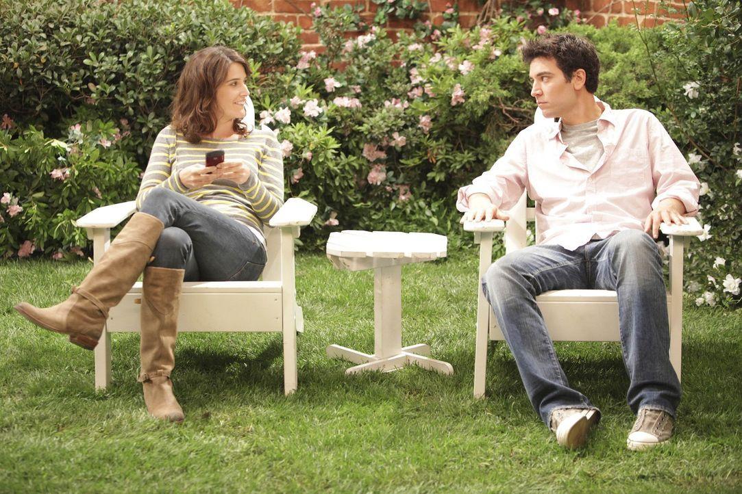 Robin (Cobie Smulders, l.) versucht währenddessen Ted (Josh Radnor, r.) per SMS zu verkuppeln. Ted aber fürchtet, dass Robin ihn übertrieben posi... - Bildquelle: 20th Century Fox International Television