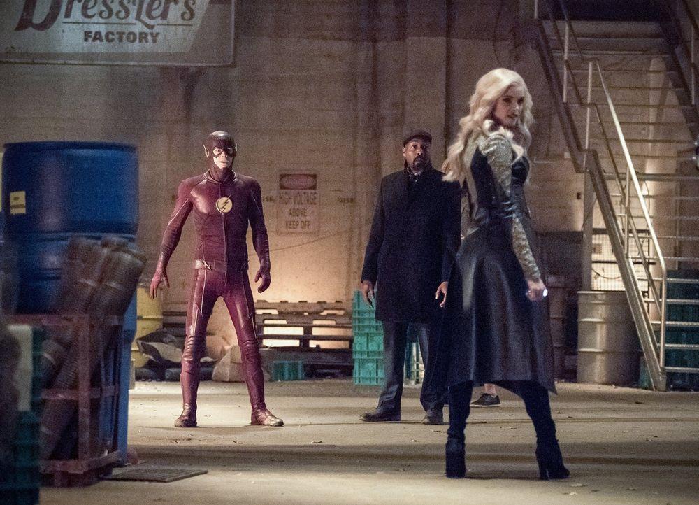 Nachdem Caitlin alias Killer Frost (Danielle Panabaker, r.) Cecile als Geisel genommen hat, setzten Barry alias The Flash (Grant Gustin, l.) und Joe... - Bildquelle: 2016 Warner Bros.