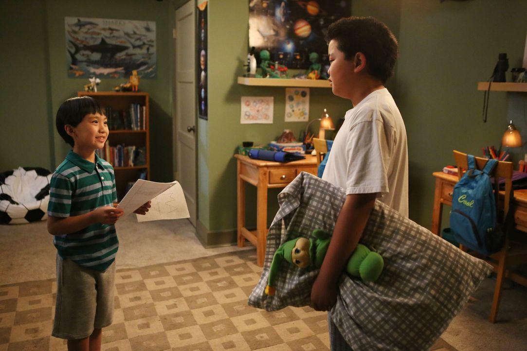 Durch Zufall findet Eddie (Hudson Yang, r.) heraus, dass Evan (Ian Chen, l.) Spielschulden bei einem Mädchen aus der Schule hat und will die Sache f... - Bildquelle: 2015-2016 American Broadcasting Companies. All rights reserved.