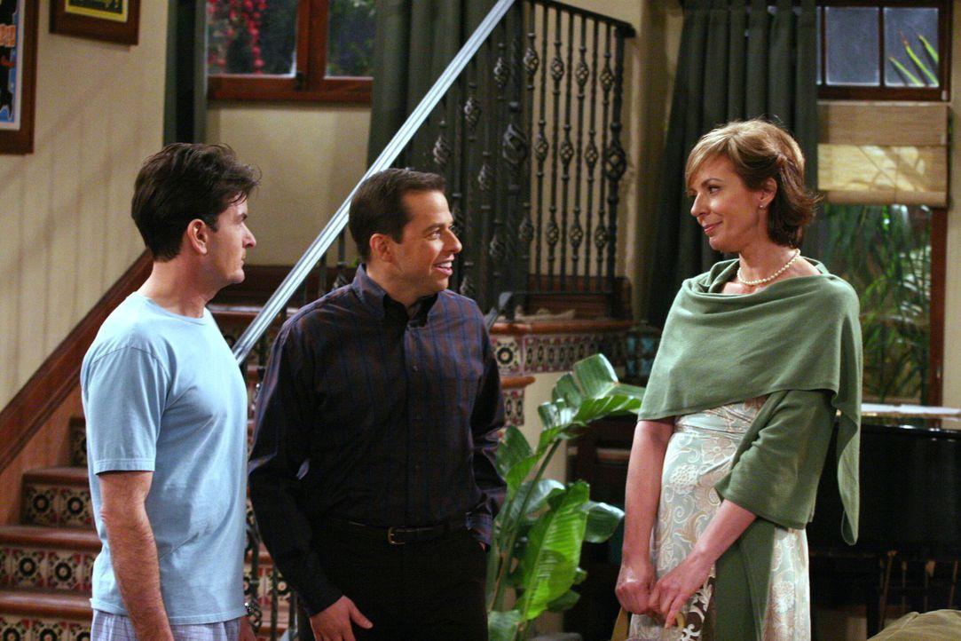 Charlie (Charlie Sheen, l.) macht Bekanntschaft mit Alans (Jon Cryer, M.) Internetbekanntschaft Beverly (Allison Janney, r.) ... - Bildquelle: Warner Brothers Entertainment Inc.