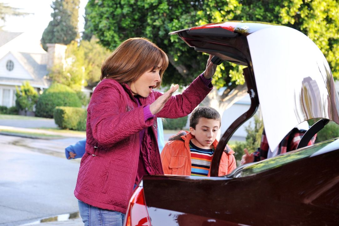 Während die Nachbarn beim Superbowl sind, soll Frankie (Patricia Heaton, l.) deren neues Auto in die Garage fahren. Doch anstatt den Auftrag auszufü... - Bildquelle: Warner Brothers