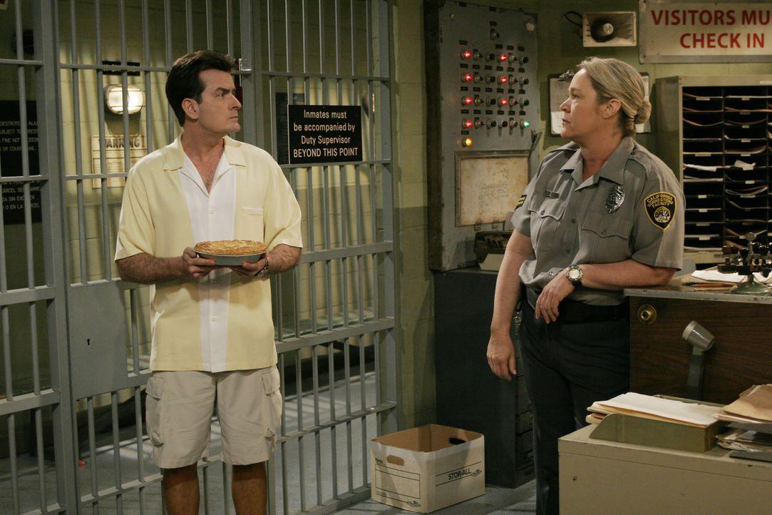 Charlie Harper (Charlie Sheen, l.); Gefängniswärterin (Diane Delano, r.) - Bildquelle: Warner Bros. Entertainment, Inc.