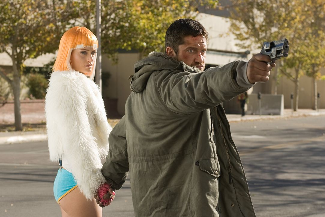 "Kable (Gerald Butler, r.) setzt alles daran, seine Frau Angie (Amber Valetta, l.) aus der Welt des Online-Spiels ""Society"", in dem alle Spieler ihre... - Bildquelle: TM & Copyright   Lakeshore Entertainment Group. LLC. and Lionsgate. All rights reserved."