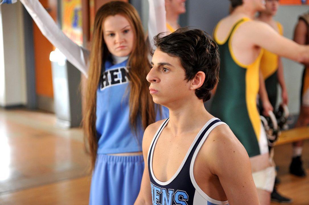 Sue erregt durch ihre Cheerleading-Tätigkeit die Aufmerksamkeit eines Jungen aus dem Wrestling-Team, namens Matt (Moises Arias), und stellt bald fes... - Bildquelle: Warner Brothers