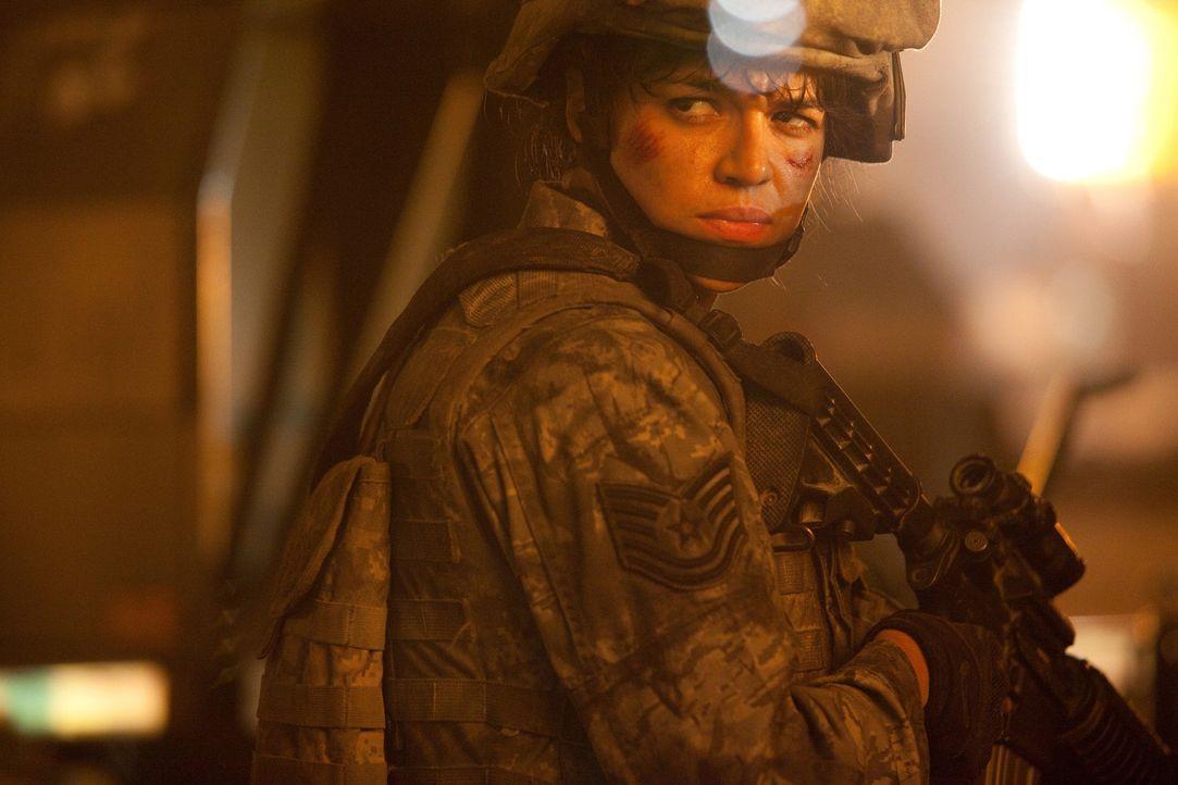 Unfreundlich gesinnte Aliens überfallen die Erde und wollen sie ausrotten. Da erhält Staff Sergeant Michael Nantz das Kommando über einen kleinen... - Bildquelle: 2011 Columbia Pictures Industries, Inc. and Beverly Blvd LLC. All Rights Reserved.