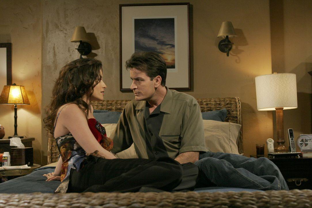 Charlie (Charlie Sheen, r.) hat es nicht leicht mit seiner neuen Freundin Mia (Emmanuelle Vaugier, l.) und eigentlich könnte sie die Frau seines Le... - Bildquelle: Warner Brothers Entertainment Inc.