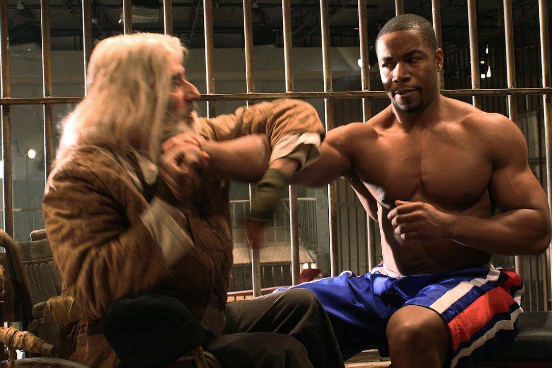Unermüdlich setzt sich Crot (Eli Danker, l.) für seinen Zellennachbarn George Chambers (Michael Jai White, r.) ein ... - Bildquelle: Nu Image Films