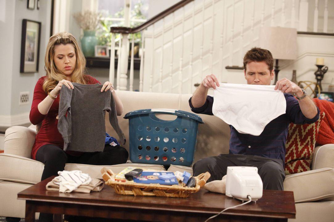 Andi (Majandra Delfino, l.) und Bobby (Kevin Connolly, r.) sind sich einig, dass seine gute Beziehung zu ihren Nachbarn wirklich überflüssig ist ... - Bildquelle: 2013 CBS Broadcasting, Inc. All Rights Reserved.