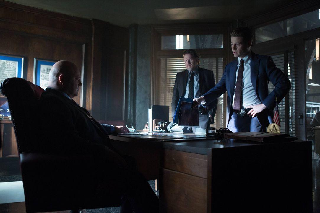 Gordon (Ben McKenzie, r.), Bullock (Donal Logue, M.) und Captain Barnes (Michael Chiklis, l.) sind langsam davon zu überzeugen, dass Theo Galavan de... - Bildquelle: Warner Brothers