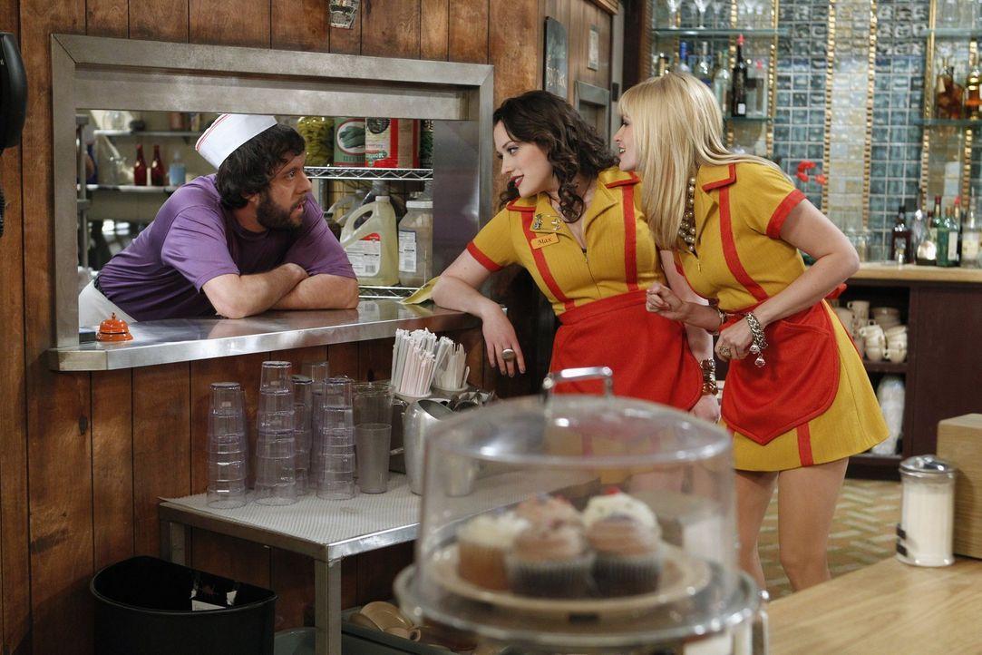 Max (Kat Dennings, M.) und Caroline (Beth Behrs, r.) erzählen dem Koch Oleg (Jonathan Kite, l.) von ihrer neuen Nachbarin. Der ist ganz aus dem Hä... - Bildquelle: Warner Brothers
