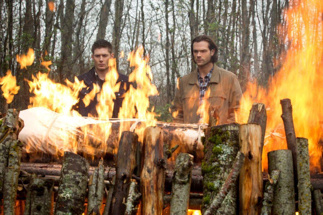 Auch wenn der Abschied von Charlie schmerzt, müssen Dean (Jensen Ackles, l.) und Sam (Jared Padalecki, r.) ihren Weg weiter gehen, welcher für Sam z... - Bildquelle: 2016 Warner Brothers