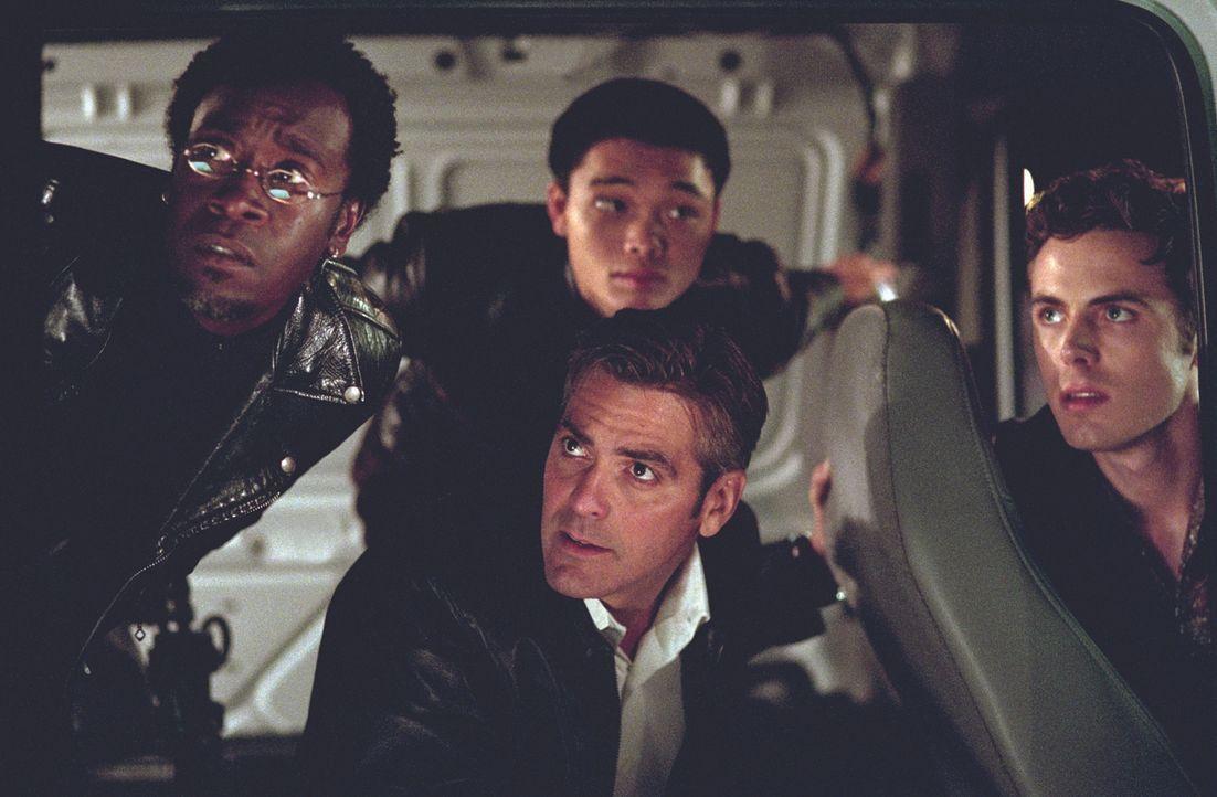Der charismatische Gangster Danny Ocean (George Clooney, M.) plant mit diversen Spezialisten (v.l.n.r.: Don Cheadle, Shaobo Qin, Casey Affleck) sein... - Bildquelle: Warner Bros. Pictures