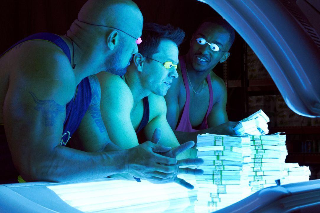 Endlich reich, aber die drei Gangster (v.l.n.r.) Paul (Dwayne Johnson), Daniel (Mark Wahlberg) und Adrian (Anthony Mackie) können sich nicht lange a... - Bildquelle: Mark Fellman (2014) PARAMOUNT PICTURES. ALL RIGHTS RESERVED.