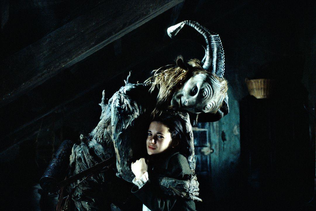 Pan (Doug Jones, oben) erzählt Ofelia (Ivana Baquero, unten), sie sei eine Prinzessin, die drei Aufgaben lösen muss, um in ihr Königreich zurückkehr... - Bildquelle: Telepool GmbH