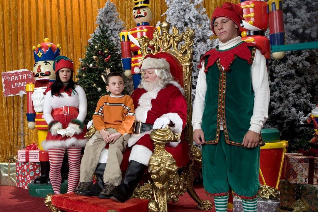 Brick (Atticus Shaffer, M.) freut sich nicht wirklich, Santa zu treffen, vielmehr ist er traurig, dass er seinen PEZ-Spender mit Santa-Motiv verlore... - Bildquelle: Warner Brothers