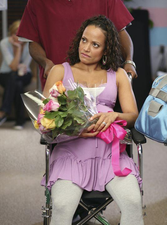 Turk versucht Carla (Judy Reyes) dazu zu überreden, wieder nach Hause zu kommen, da das Krankenhaus sehr teuer ist, doch Carla erklärt, dass sie n... - Bildquelle: Touchstone Television