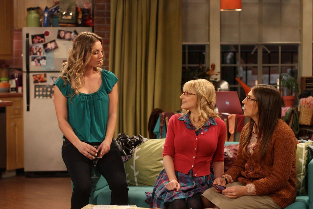 Sind sich einig - Amy (Mayim Bialik, r.) soll das Date mit Stuart annehmen: Penny (Kaley Cuoco, l.) und Bernadette (Melissa Rausch, M.) ... - Bildquelle: Warner Bros. Television