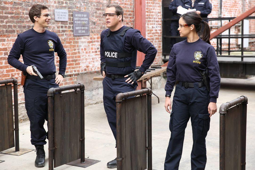(v.l.n.r.) Jake Peralta (Andy Samberg); Teddy Wells (Kyle Bornheimer); Amy Santiago (Melissa Fumero) - Bildquelle: Tyler Golden 2013 NBC Studios LLC. All Rights Reserved. / Tyler Golden