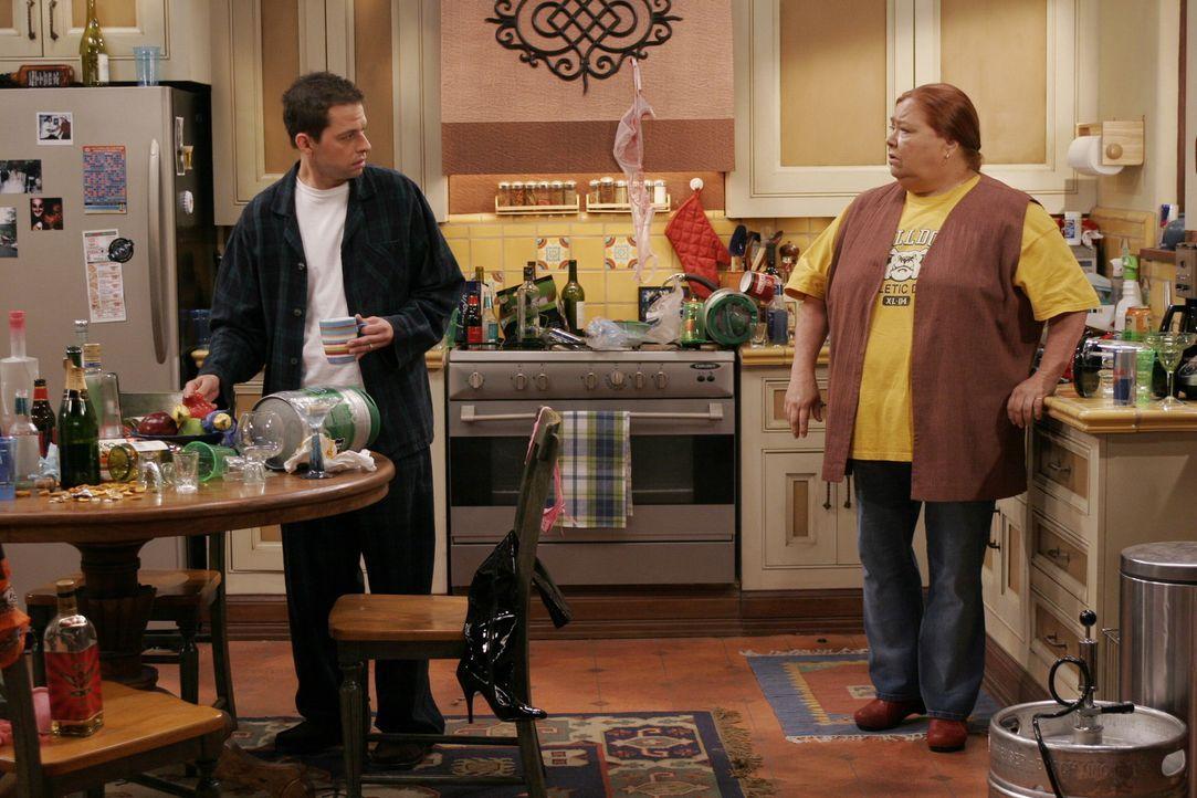 Zwischen Berta (Conchata Ferrell, r.) und Alan (Jon Cryer, l.) ist alles wie eh und je ...... - Bildquelle: Warner Brothers Entertainment Inc.