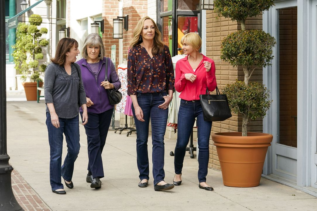 v.l.n.r.) Wendy (Beth Hall); Marjorie (Mimi Kennedy); Bonnie (Allison Janney); Jill (Jaime Pressly) - Bildquelle: Warner Bros. Entertainment, Inc.