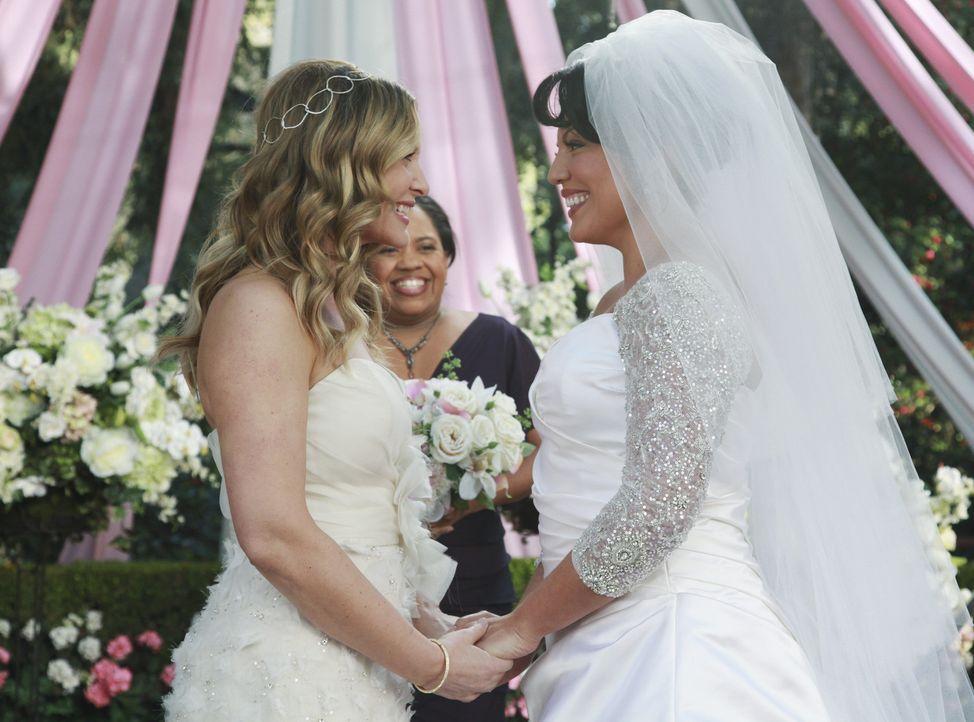 Geben sich das Ja-Wort. Doch leider verläuft für Callie (Sara Ramirez, r.) und Arizona (Jessica Capshaw, l.) nicht alles nach Plan ... - Bildquelle: ABC Studios