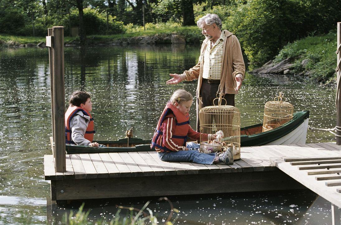 Für James Morse (Peter Falk, r.) gibt es nichts Schöneres, als seinem Enkel (Josh Hutcherson, l.) Geschichten zu erzählen. Als dieser jedoch an dem... - Bildquelle: CBS International Television