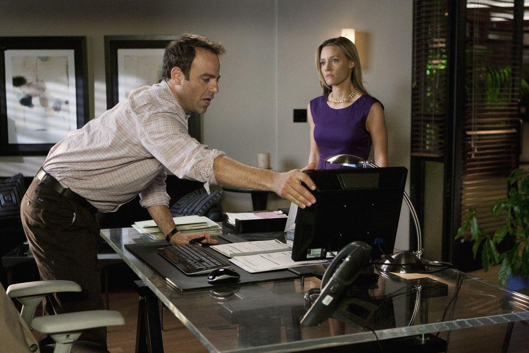 Während die Ärzte einen Nachfolger für Naomi suchen, bricht Cooper (Paul Adelstein, l.) das Gesetz und riskiert Ärger mit seiner Frau Charlotte... - Bildquelle: ABC Studios
