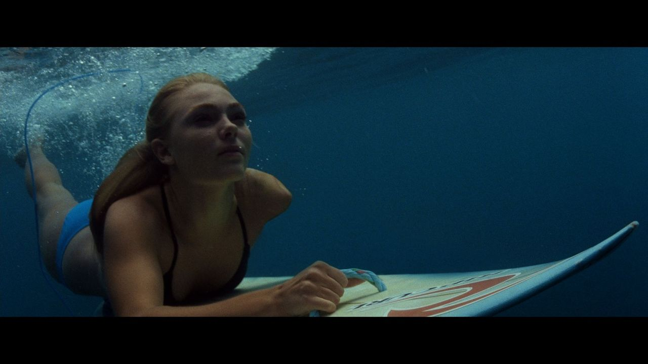 Die 13-jährige Bethany Hamilton (Anna Sophia Robb) überlebt nur knapp eine Hai-Attacke, verliert dabei jedoch ihren linken Arm. Trotz aller Schmerze... - Bildquelle: Mario Perez, Noah Hamilton Tristar Pictures, Inc., FilmDistrict Distribution, LLC. and Enticing Entertainment, LLC.  All rights reserved