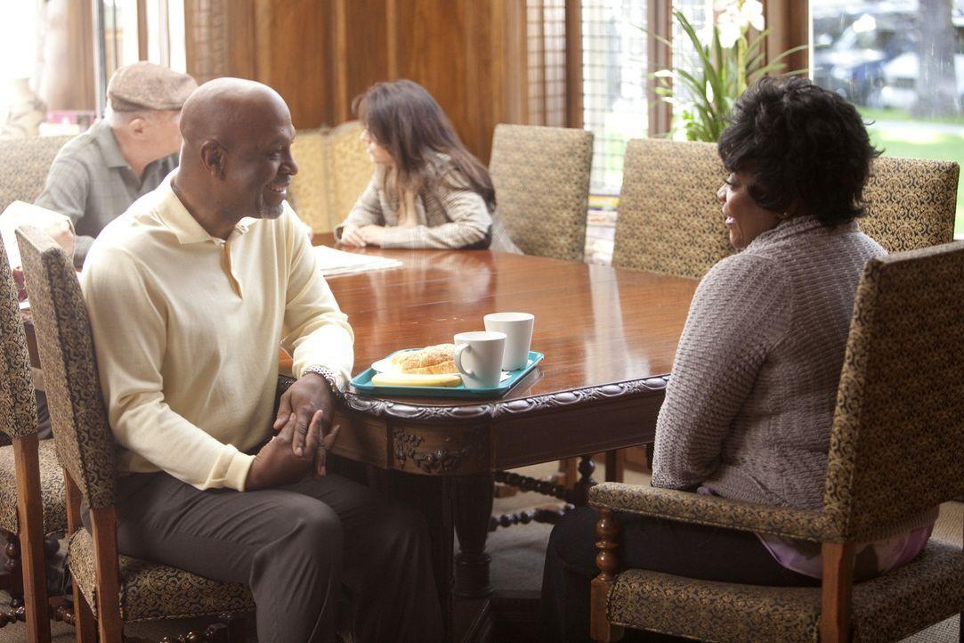 Als er Adele (Loretta Devine, r.) im Pflegeheim besucht, kommt Richard (James Pickens, Jr., l.) zu einer beunruhigenden Erkenntnis ... - Bildquelle: Touchstone Television