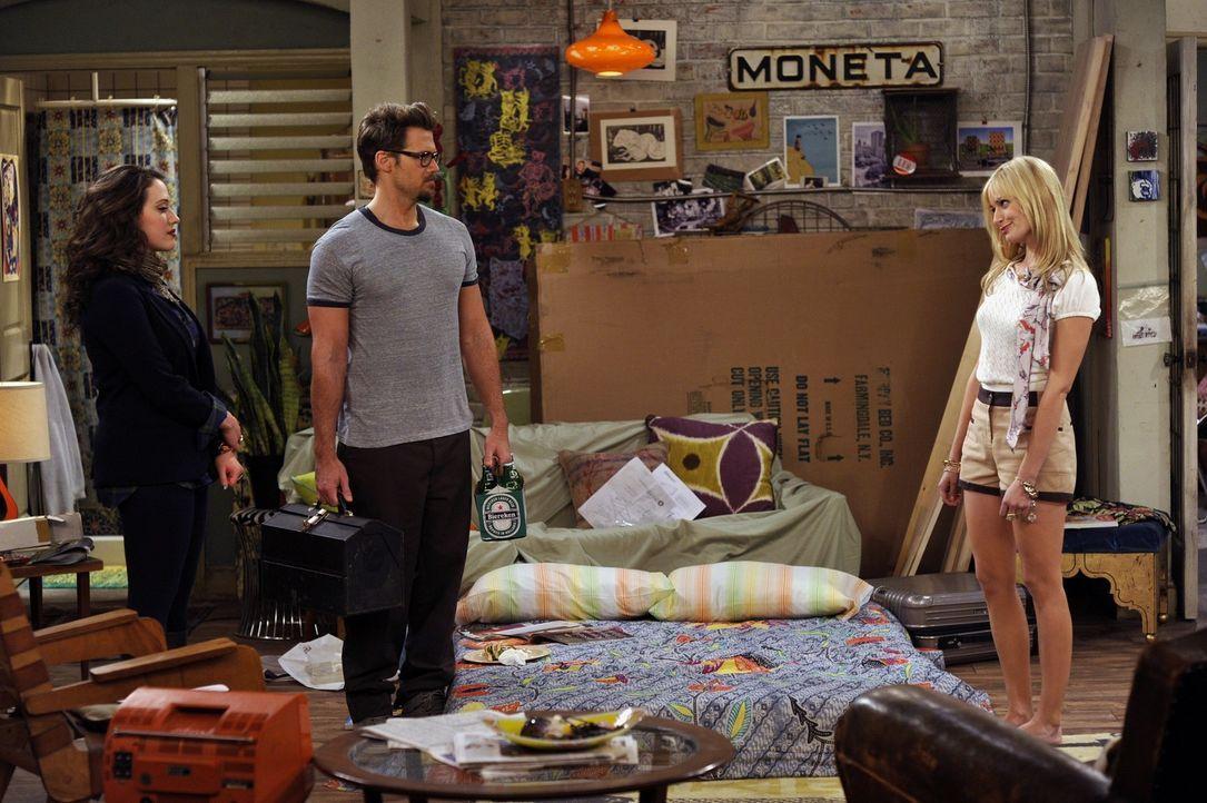 Der gutaussehende Johnny (Nick Zano, M.) wurde von Caroline (Beth, Behrs, r.) gebeten, ihr beim Aufbau des neuen Schrankbettes behilflich zu sein, d... - Bildquelle: Warner Brothers